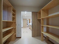 キッチン横には、冷凍庫や精米機、保存食などを収納する大容量の収納庫。