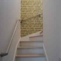 階段の壁にアクセントクロス